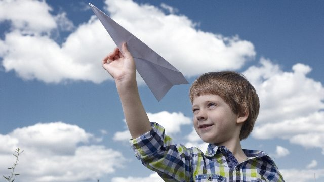 紙飛行機と男の子