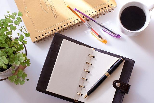 s-スケジュール帳とコーヒー