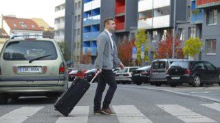 s-スーツケースと男性