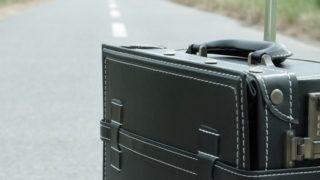 s-スーツケースと道