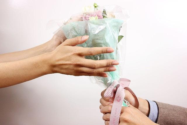 s-プロポーズ手と花束