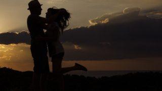 s-夕暮れ抱き合うカップル